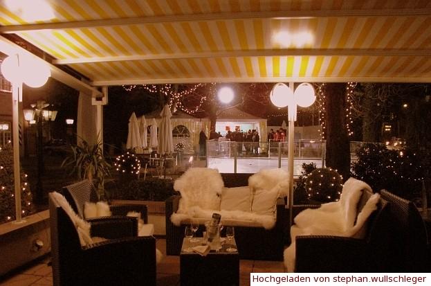 Lounge auf Gartenterrasse mit Eisbahn