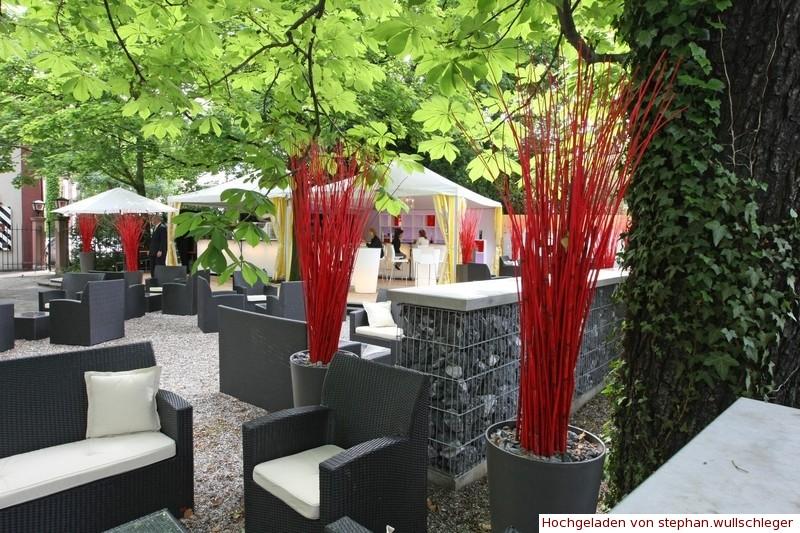 Lounge mit Bar im Garten