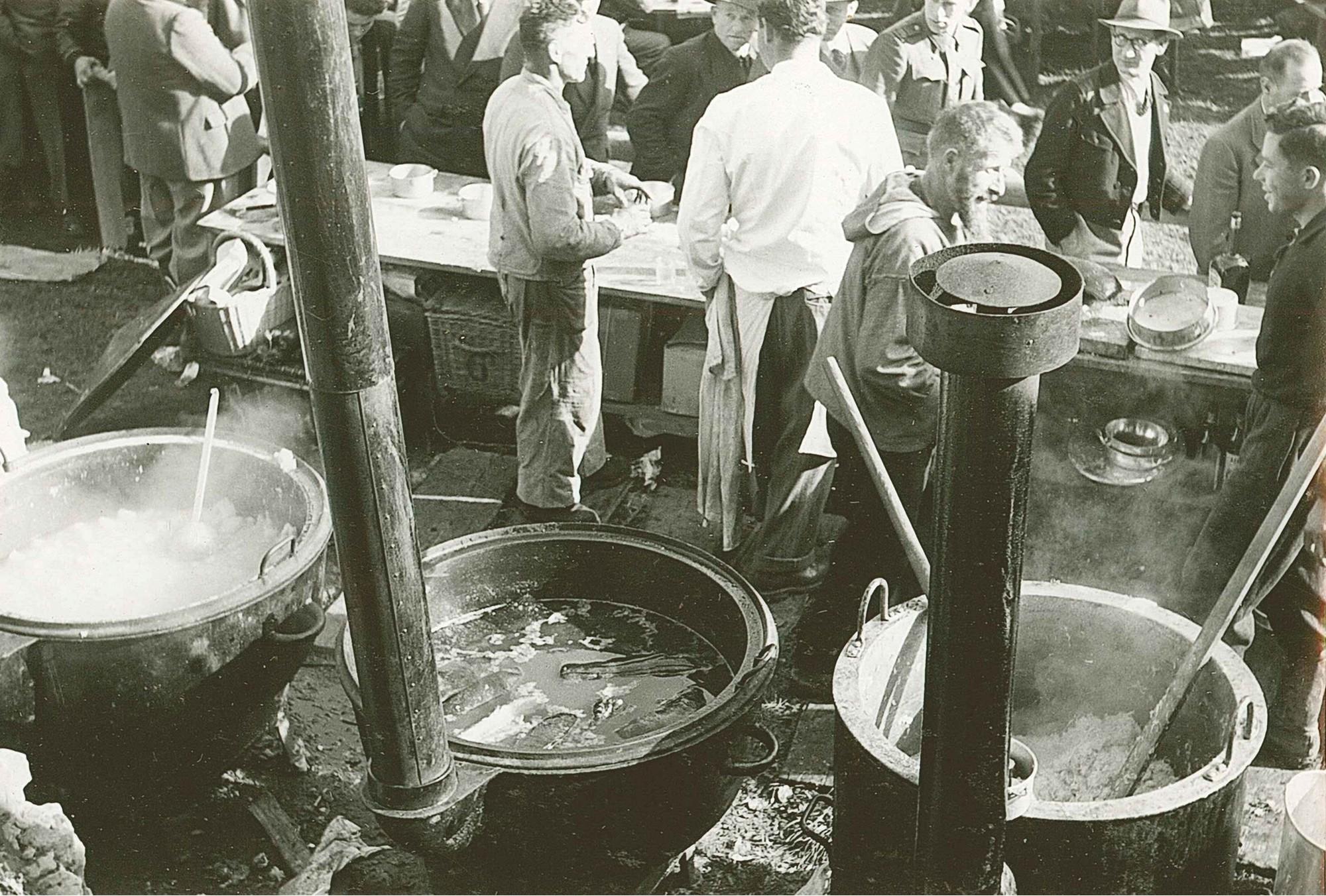 Rütli 1952 Zubereitung und Ausgabe des Ordinäri (Mittagessen)