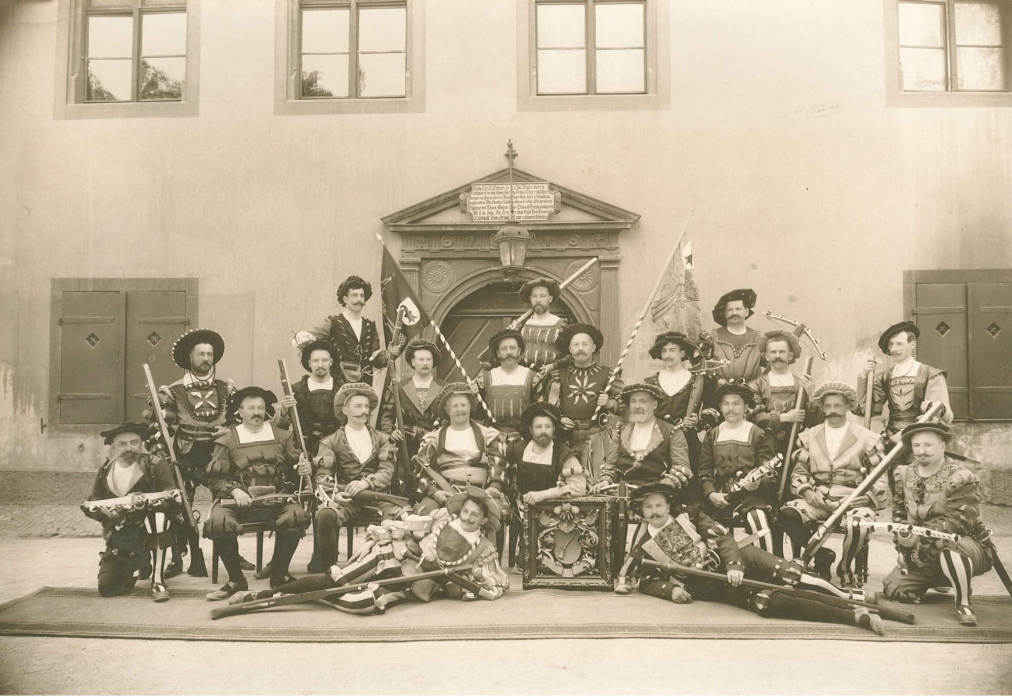 Schützenhaus mit Feuerschützen anlässlich der Bundesfeier 1901