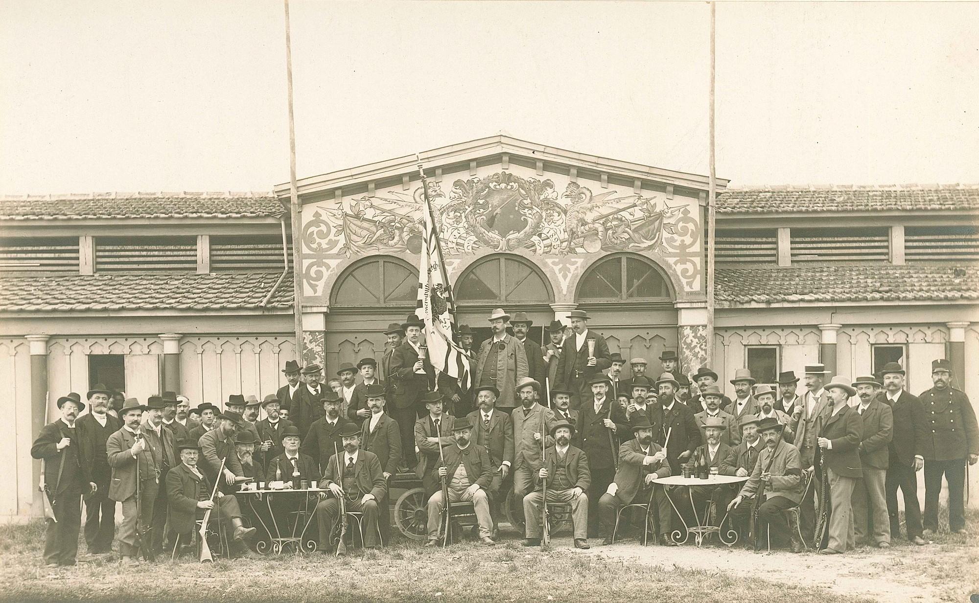 Die Feuerschützen nehmen nach der letzten Schiessübung Abschied von ihrem Schiessstand auf der Schützenmatte 1899